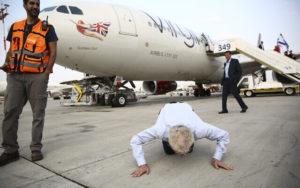 richard branson kisses ground in tel aviv