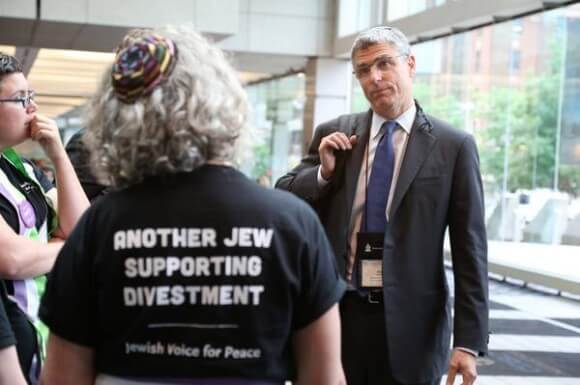 The Jewish community excommunicates Jews who support Palestinian freedom